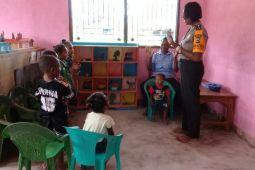 Bhabinkamtibmas Kampung Nimbokrang bantu mengajar PAUD Gambe