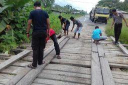 Polisi Bonggo bantu warga perbaiki jembatan kampung
