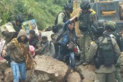 Aparat keamanan kawal bus pengangkut warga ke Timika