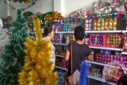 Omset pedagang pernak-pernik Natal relatif menurun