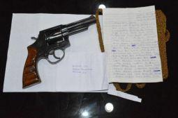 Dari surat kaleng ditemukan senjata Revolver