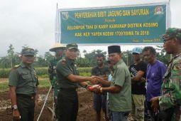 Kodim Yawa bantu bibit tanaman kepada petani Kosiwo