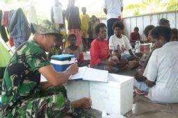 Babinsa Kimaam dampingi petugas puskesmas beri pelayanan kesehatan