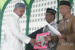 Imam masjid-marbot Biak Numfor dapat hadiah umrah gratis