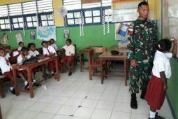Prajurit Satgas Yonif 501 Kostrad menjadi guru di Nafri