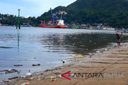 Pantai Dok II Jayapura dipenuhi sampah plastik