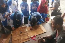 Peserta SMN Aceh belajar melukis di kulit kayu