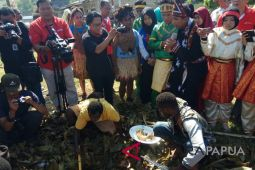 Peserta SMN Aceh cicipi ayam hasil bakar batu di Jayapura
