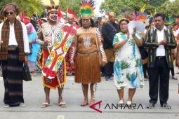 Plt Bupati Biak Numfor berpakaian adat di parade nusantara