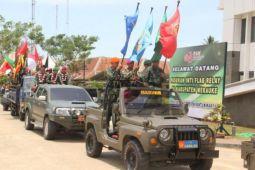 Peserta pawai Merah Putih terkait HUT TNI tiba di Merauke