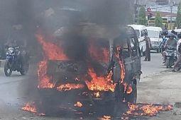 Angkutan umum terbakar di jalan raya Sentani