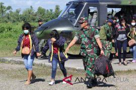 TNI evakuasi 13 guru dari Aroanop