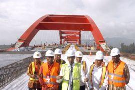 Presiden Jokowi tinjau pembangunan jembatan Holtekam