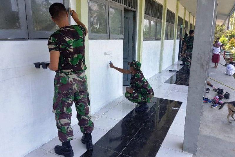 Hasil gambar untuk Dua personel prajurit TNI dari Yonif PR 328/DGH karya bakti berupa pengecatan bangunan SD Tangwala, Kampung Skouw Yambe, Distrik Muaratami, Kota Jayapura, Papua. (Dokumen Yonif PR 328/DGH)