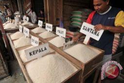 Stok beras yang dikuasai pedagang pasar di Palu memadai