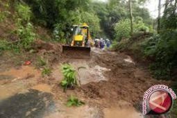 Warga Desak Pemkab Perbaiki Jalan Longsor