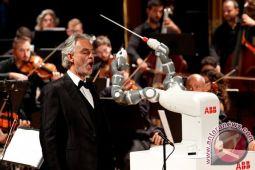 Robot YuMi jadi konduktor orkestra Italia
