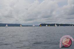Gubernur Ajak Pebalap TdCC Saksikan Perahu Layar