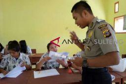 Seorang polisi di Poso jadi guru sukarela