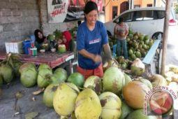 Kota Palu dibanjiri pedagang musiman kelapa muda