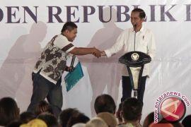 Presiden Jokowi membagikan 7.000 sertifikat tanah
