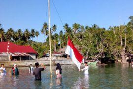 Santri Alkhairaat Poso upacara HUT Kemerdekaan di dalam laut