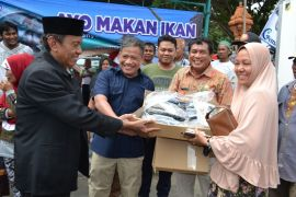 Dinas KP Sulteng bagikan 1,8 ton ikan segar kepada pengungsi (vidio)