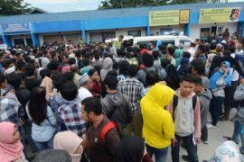 Ratusan warga antre SIM Gratis Polres Palu