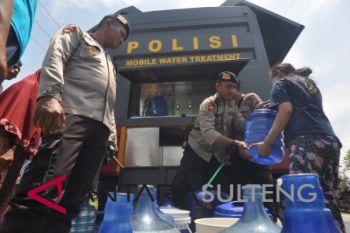 Polisi bantu salurkan air bersih untuk pengungsi bencana Sulteng