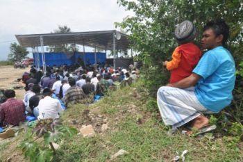 Pengungsi di Petobo Palu saat menunaikan shalat Jumat