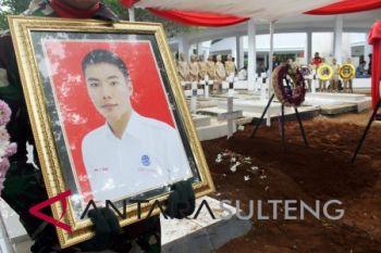 Jenazah Antonius, petugas ATC Bandara Mutiara yang tewas saat gempa dimakamkan