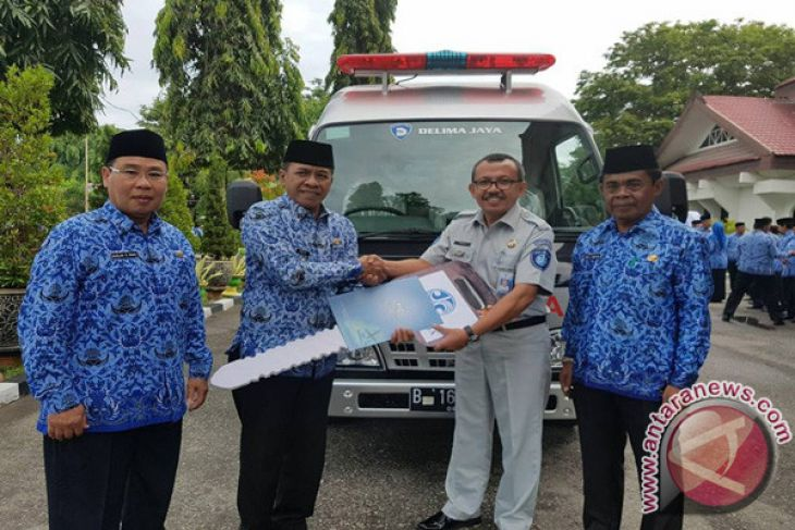 jasa raharja serahkan mobil ambulance ke pemkot palu antara news palu sulawesi tengah. Black Bedroom Furniture Sets. Home Design Ideas