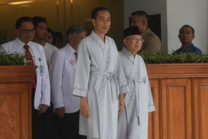 Jokowi-Ma'ruf sapa media kenakan piyama abu-abu