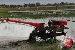 20 kelompok tani Bombana peroleh bantuan traktor