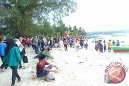 Pulau Bokori Dipadati Pengunjung Libur Tahun Baru