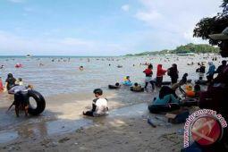 Pantai Nambo Pilihan Utama Warga Kendari Berlibur