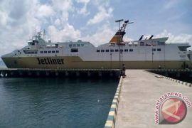 Penumpang penyeberangan di Sultra usul kapal baru