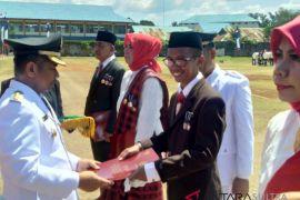 Wali Kota Baubau serahkan Satya Lencana