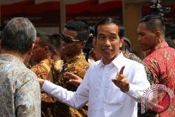 Presiden Jokowi dan keluarga cicipi durian di