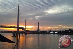 Menikmati matahari terbenam di Jembatan Gentala Arasy