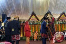 Jokowi berikan ulos kepada Kahiyang Ayu- Bobby