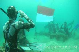 214 penyelam perempuan kibarkan bendera di dasar laut
