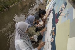 Melukis mural Cau Pisun di Kirmir Sungai Cikapundung