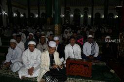 Hujan deras, warga padati ruang dalam Masjid Agung