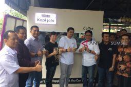 Menikmati kopi menantu Jokowi di