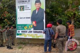 Pemkot Palembang bersihkan alat peraga kampanye