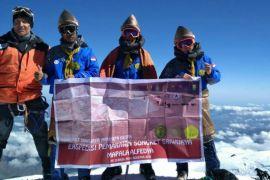 Ada kain songket di puncak gunung Elbrus Rusia