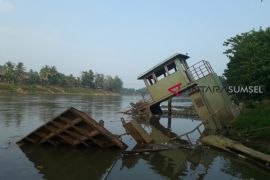 Kapal ponton dibiarkan tenggelam