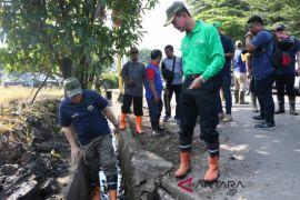 Walikota bongkar cor beton saluran air