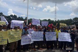 Ratusan sopir batu bara geruduk kantor gubernur Sumsel